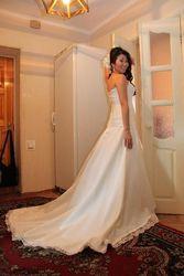 Продам свадебное платье с атласным шлейфом